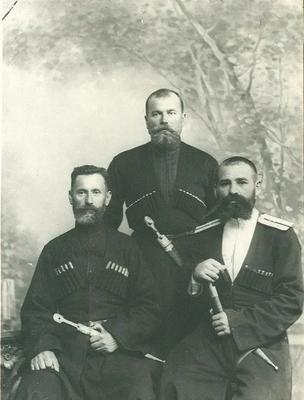 Кіндрат Бадрдіж (справа) із синами. Всі вони були розстріляні більшовиками в 1918 р..webp