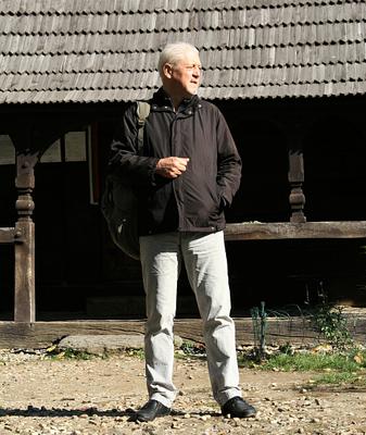 Михайло Сирохман у Празі, біля церкви, перенесеної із закарпатського села Медведівці у 1929 році (згоріла у 2020-му). Фото з архіву Михайла Сирохмана.png