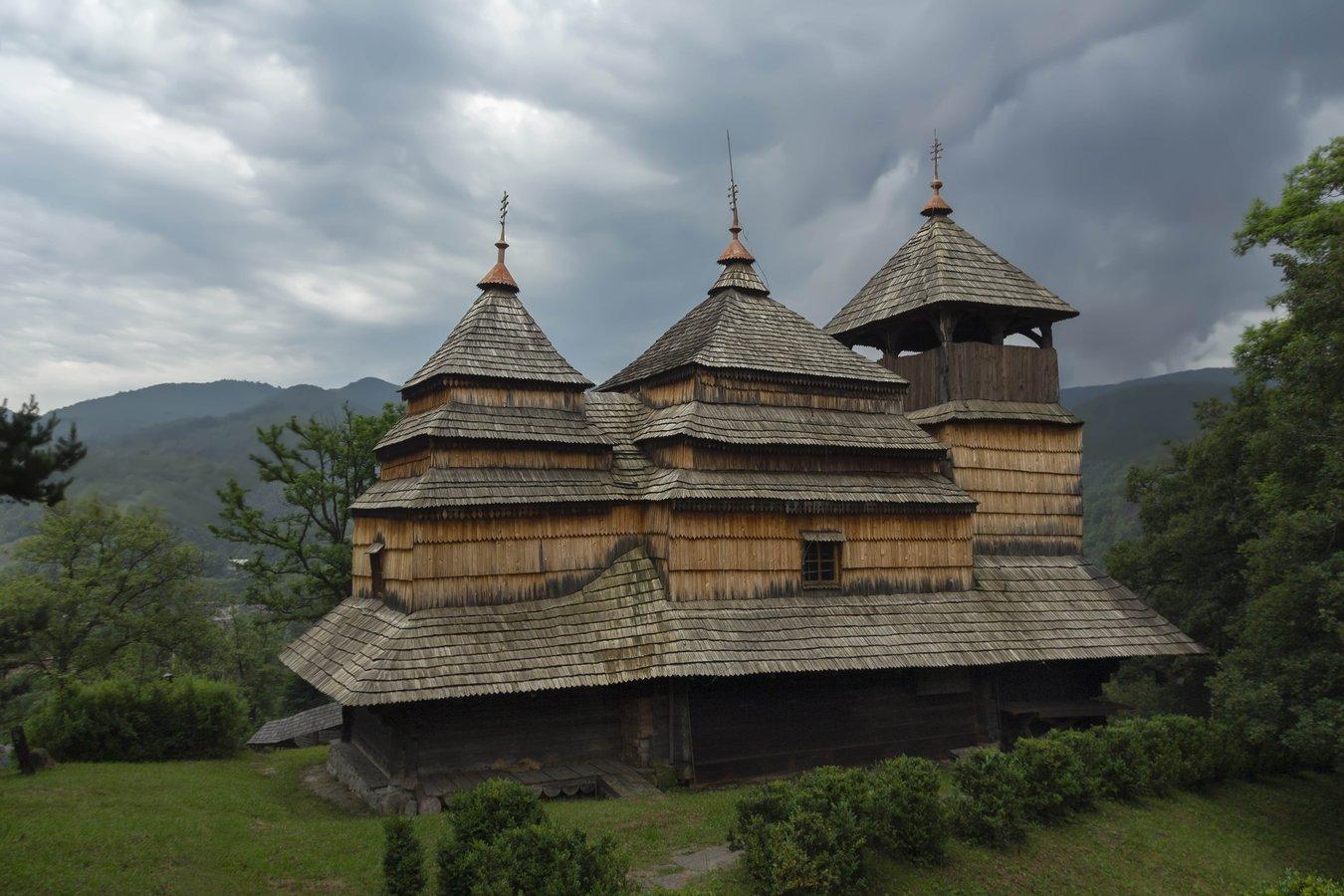 Церква Покрови Пресвятої Богородиці в селі Кострина неподалік від Ужоцького перевалу  – одна з найдавніших дерев'яних церков Закарпаття. За переказом, була збудована 1645 р.jpg